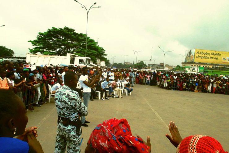 Caravane-Abidjan2017-policiers-foule